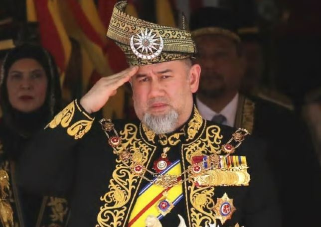 King of Malaysia gives up throne for new life with beauty queen